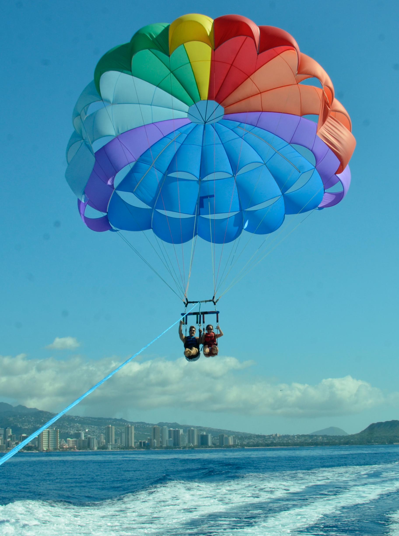 Parasailing In Honolulu- Parasailing in Hawaii - Honolulu Parasailing - Hawaii Parasailing - Parasailing Honolulu Hawaii - What To Do On Oahu - Communikait by Kait Hanson #honolulu #parasailing #oahu #whattodoonoahu #hawaiiitinerary