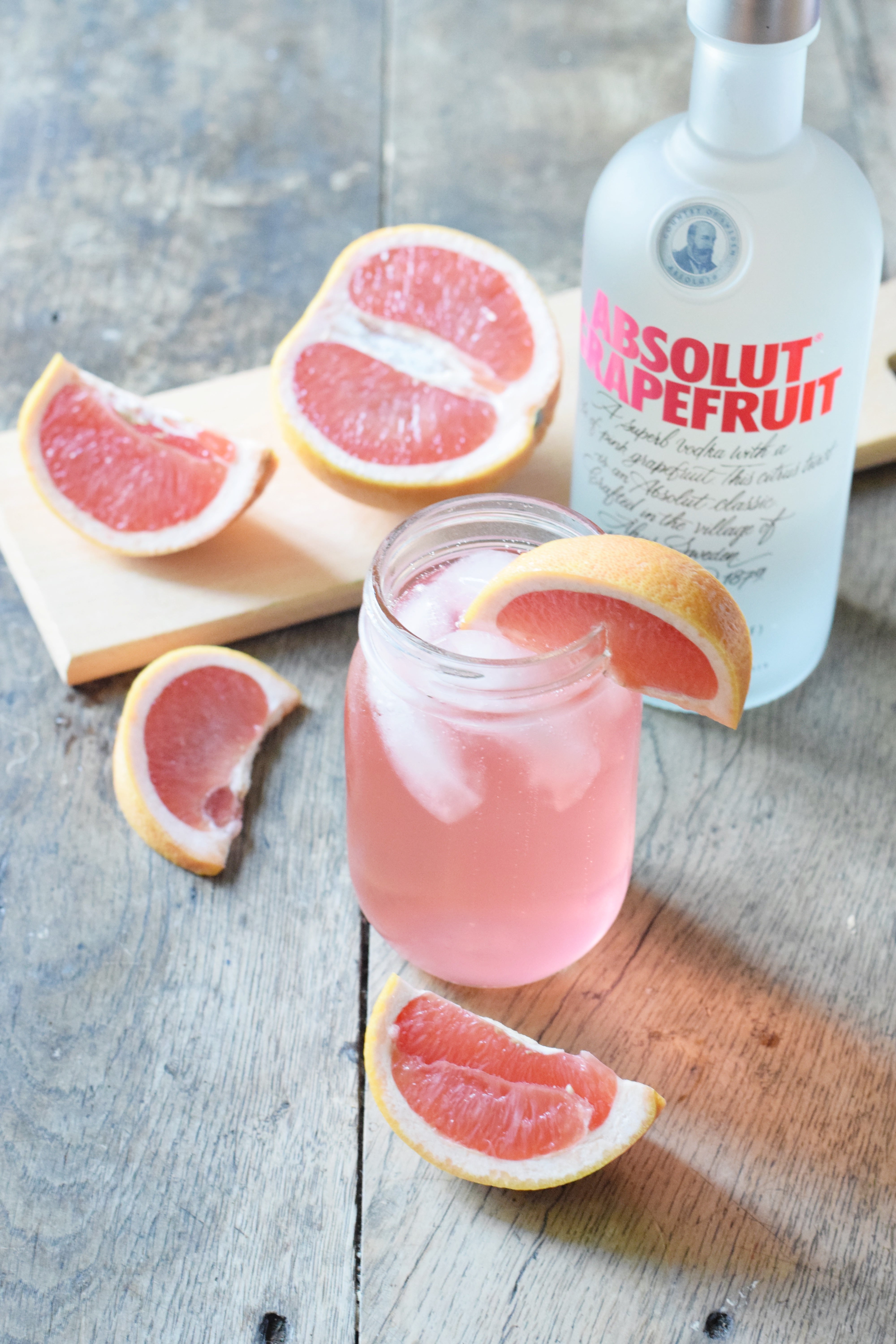 Swedish Paloma Grapefruit Cocktail - Grapefruit Cocktail - Grapefruit Juice Cocktail - Grapefruit Vodka Cocktail - ABSOLUT vodka cocktail - Summer Cocktail - Easy Cocktail - Low Carb cocktail - Light Cocktail - Grapefruit drinks - #cocktail #grapefruit #recipe