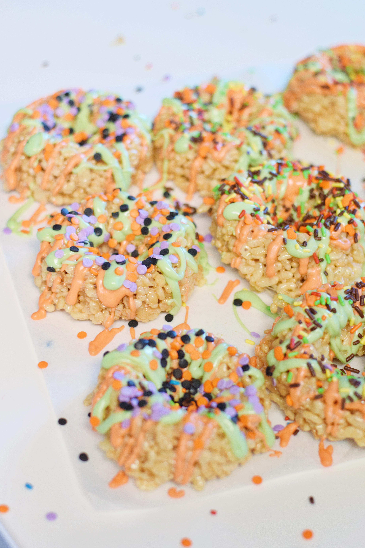 Autumn Spice Rice Krispie Doughnuts - Rice Krispie Recipes - Rice Krispie Ideas - Rice Krispie Original Recipe - Doughnuts Easy - Easy Fall Dessert - Quick Snack Recipe - Communikait by Kait Hanson