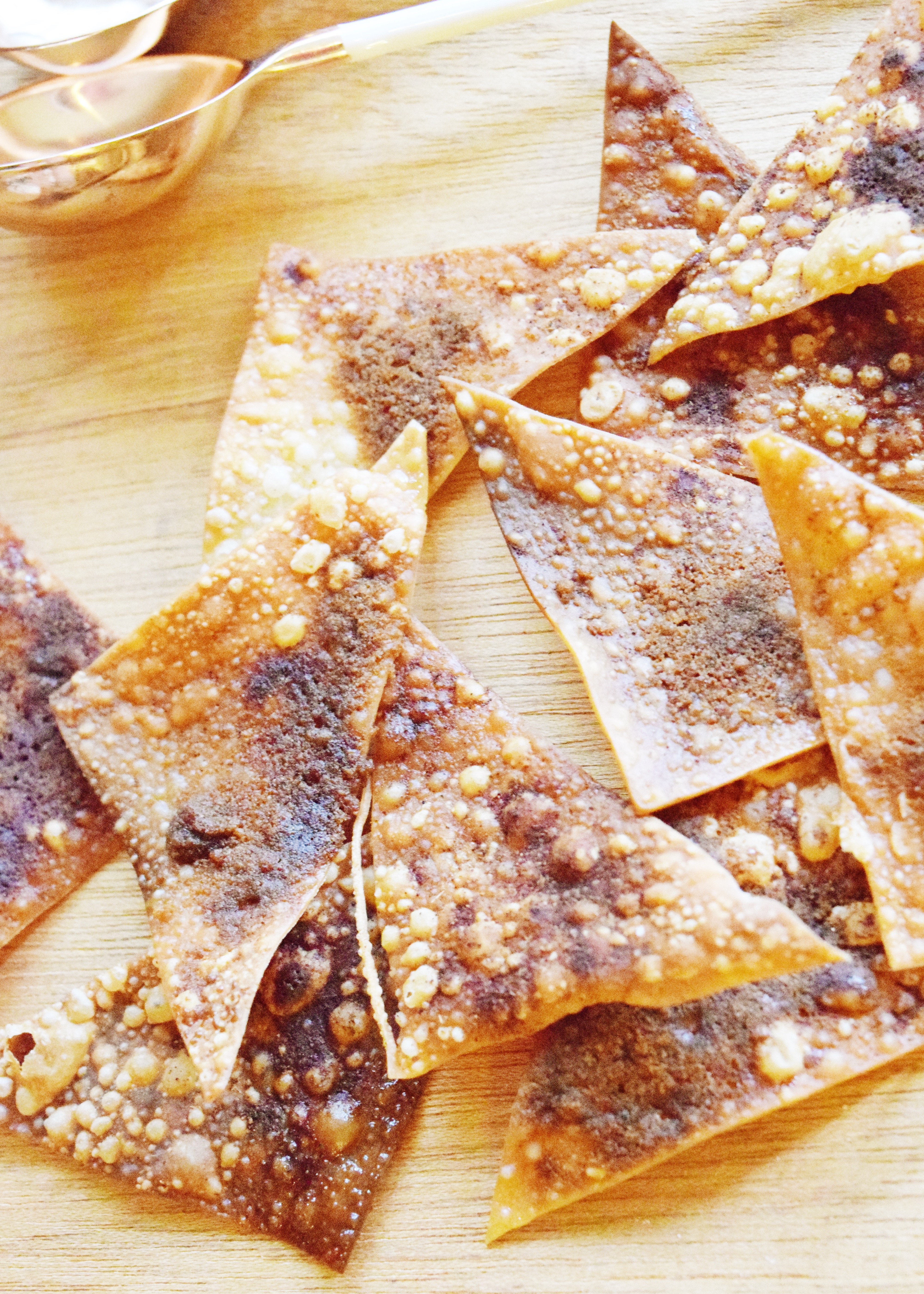 Pumpkin Spice Won Ton Chips - A quick and easy homemade chip recipe that is perfect to whip together in less than 5 minutes this fall! Pairs perfect with apple pie dip, cream cheese dip or eaten alone bursting with fall flavor! - Won Ton Wrappers - Won Tons - Won Ton Recipes - Fried Won Ton - Pumpkin Pie Spice - Pumpkin Spice Recipe - Pumpkin Pie Spice - Communikait by Kait Hanson #fall #recipe #wonton #pumpkinspice